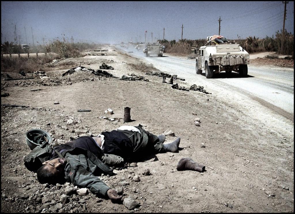 """April 2003 """"Dødsveien"""" De amerikanske styrkene etterlater seg død og fordervelse når de nærmer seg Baghdad."""