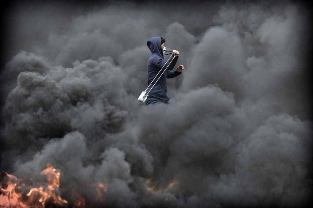 Palestinere prosterer ved grensegjerdet mot i Israel øst for Khan Younis på Gazastripen. Flere ble skutt og mange ble skadet av tåregass. Foto: HARALD HENDEN, VG