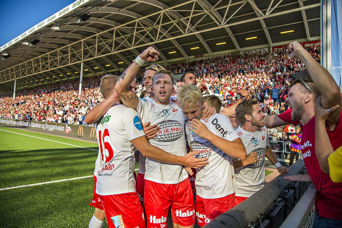 Bilde av FFK som feirer etter å ha scoret