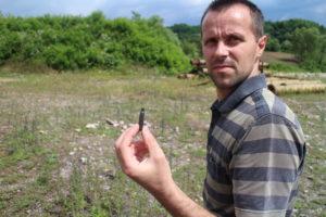 NedžadAvdić tilbake på grustaket der han og hundrevis av andre bosniakker ble skutt sommeren 1995. Foto: Roy F. Andersen
