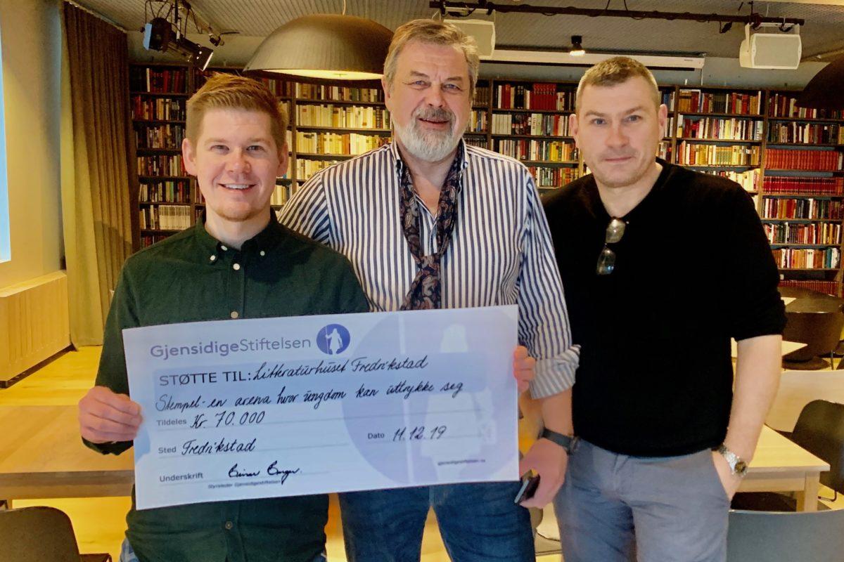 Perry Olsen (til venstre) og Roy Andersen (til høyre) takker Sverre Jespersen (i midten) fra Gjensidigestiftelsen for gaven.